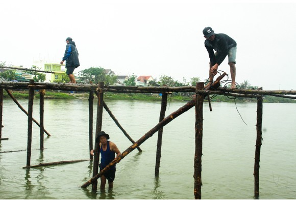 Cả làng cùng dựng cầu đón tết ảnh 15