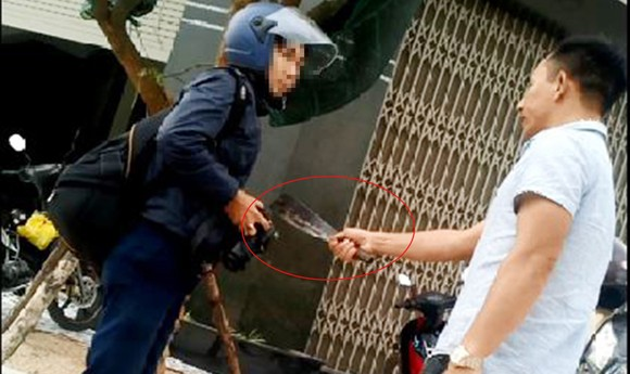 Vụ chủ xe ben cầm dao dọa giết phóng viên tại Bình Định: Thành khẩn nhận lỗi, bị cáo được hưởng 6 tháng tù treo ảnh 2