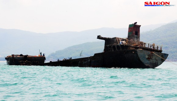 """Ra biển xem """"vòi bạch tuộc"""" kéo xác tàu ngàn tấn bị đắm ảnh 11"""