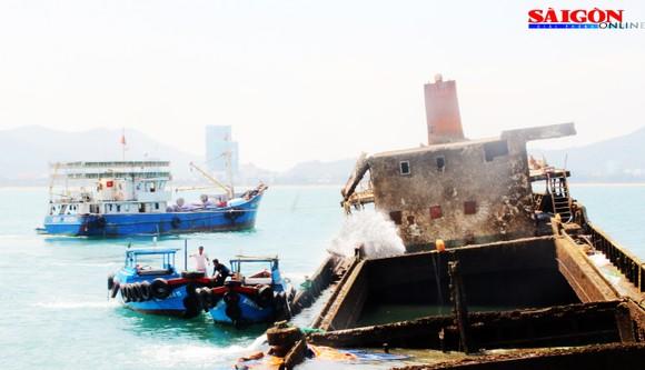 """Ra biển xem """"vòi bạch tuộc"""" kéo xác tàu ngàn tấn bị đắm ảnh 5"""