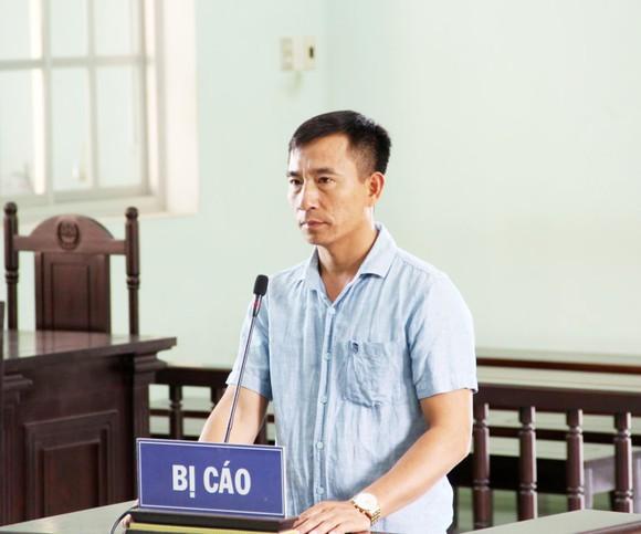 Vụ chủ xe ben cầm dao dọa giết phóng viên tại Bình Định: Thành khẩn nhận lỗi, bị cáo được hưởng 6 tháng tù treo ảnh 1