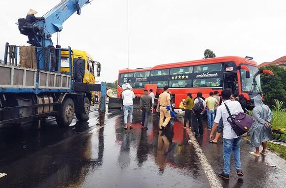 """Lại xảy ra tai nạn xe máy, xe khách do """"ổ gà"""" trên QL1A qua Phú Yên ảnh 1"""