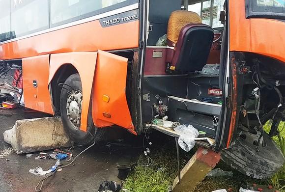 """Lại xảy ra tai nạn xe máy, xe khách do """"ổ gà"""" trên QL1A qua Phú Yên ảnh 2"""