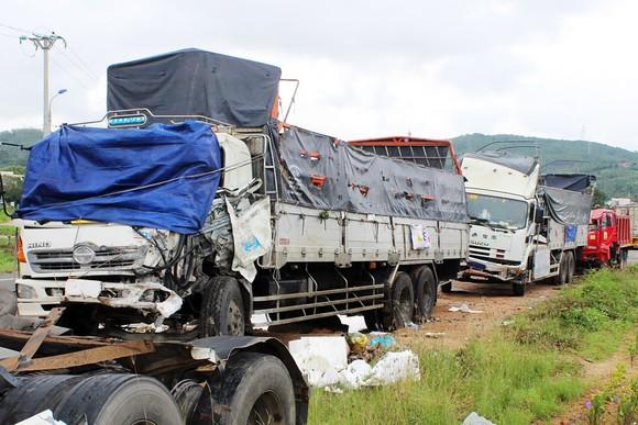 """Lại xảy ra tai nạn xe máy, xe khách do """"ổ gà"""" trên QL1A qua Phú Yên ảnh 3"""