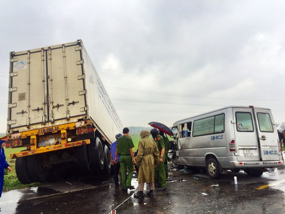 Tai nạn giữa xe container và xe khách: Thêm 1 nhà sư tử vong ảnh 4