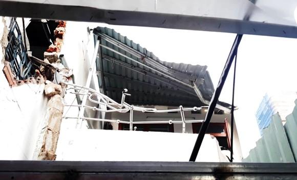 TP Quy Nhơn: Cần khoan dài gần 20m bất ngờ rơi xuống 2 nhà dân ảnh 2