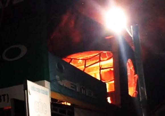 Giữa đêm, lửa lớn thiêu rụi cửa hàng phân phối hàng điện lạnh ảnh 2