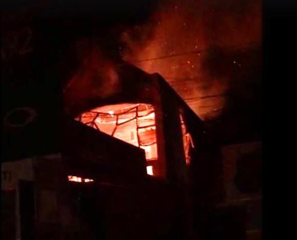 Giữa đêm, lửa lớn thiêu rụi cửa hàng phân phối hàng điện lạnh ảnh 1