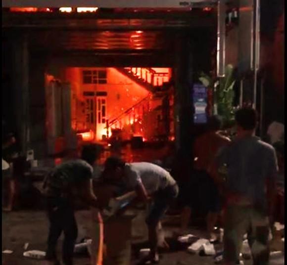 Giữa đêm, lửa lớn thiêu rụi cửa hàng phân phối hàng điện lạnh ảnh 3