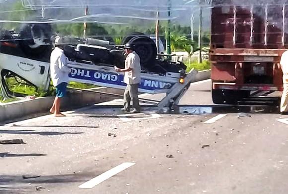 Xe ô tô CSGT bị xe đầu kéo tông văng lên dải phân cách  ảnh 2