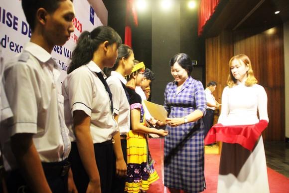Trao học bổng Vallet cho học sinh, sinh viên Bình Định, Phú Yên và Gia Lai ảnh 2