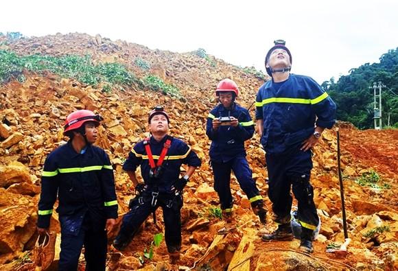 Hiện trường sạt lở núi nghiêm trọng ở thủy điện Rào Trăng 3 ảnh 6