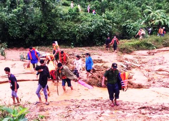 Lực lượng chức năng tổ chức tìm kiếm các nạn nhân bị lũ cuối trôi