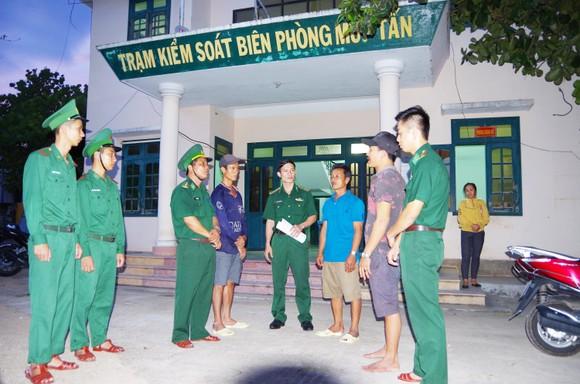 Cứu 4 ngư dân Bình Định bị chìm tàu trên biển ảnh 1
