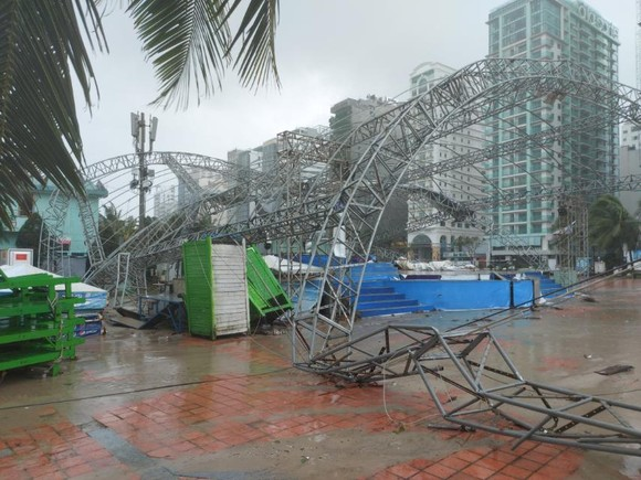 Mưa lớn, gió gào rú dữ dội tại các tỉnh miền Trung ảnh 11