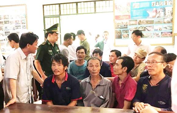 Ứng cứu 14 ngư dân gặp nạn khi vượt sóng đi cứu tàu chìm ở Bình Định ảnh 1