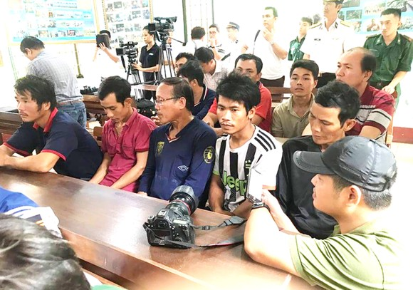 Ứng cứu 14 ngư dân gặp nạn khi vượt sóng đi cứu tàu chìm ở Bình Định ảnh 2