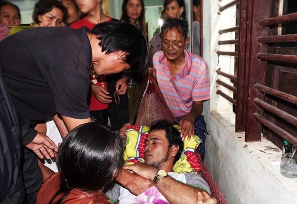 Vụ 2 tàu cá Bình Định chìm giữa biển: 3 ngư dân ăn xốp, uống nước mưa sống sót ảnh 5