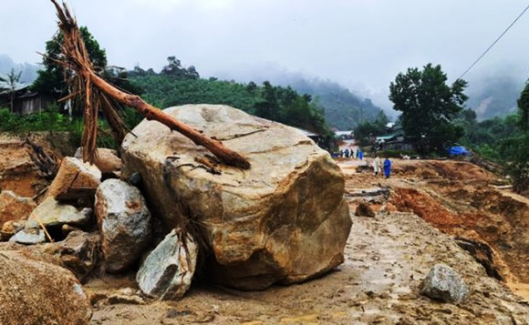 PV SGGP tiếp cận hiện trường Phước Sơn ngày thứ 9 bị cô lập, gần 2.000 người có nguy cơ thiếu ăn ảnh 1