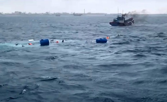 Tàu chở 36 tấn vật liệu xây dựng ra đảo Lý Sơn bị chìm trên biển ảnh 1