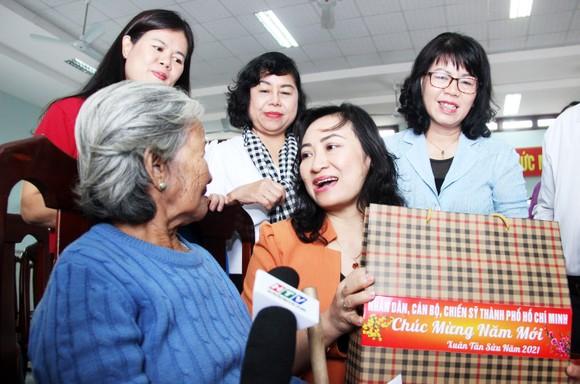 TPHCM tặng quà tết người dân Bình Định ảnh 3