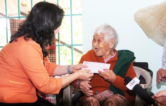 TPHCM tặng quà tết người dân Bình Định ảnh 4