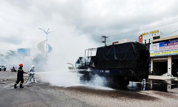 Xe tải chở dầu điều bất ngờ bốc cháy trên quốc lộ 1A ảnh 2