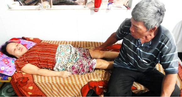 Trao tiền bạn đọc Báo SGGP hỗ trợ vợ chồng già hái dừa thuê ảnh 2