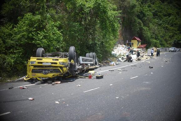 Xe tải tông vào vách núi, 2 người tử vong tại chỗ ảnh 1
