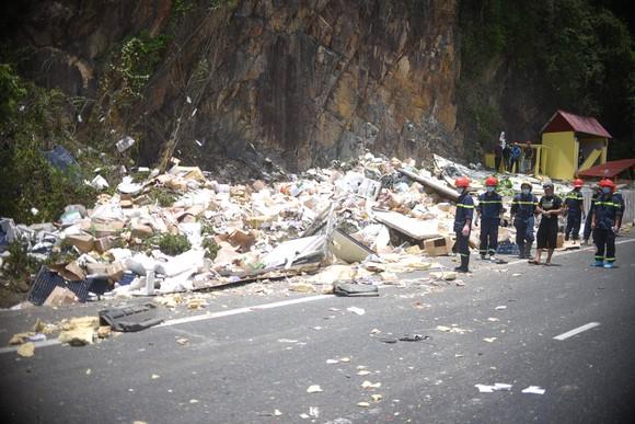 Xe tải tông vào vách núi, 2 người tử vong tại chỗ ảnh 2