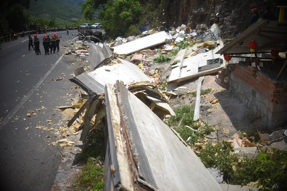 Xe tải tông vào vách núi, 2 người tử vong tại chỗ ảnh 4