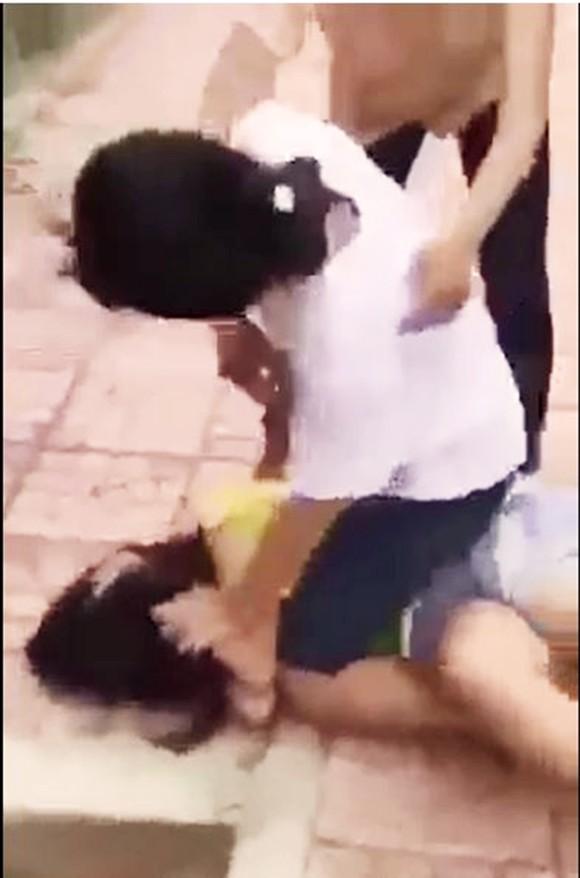 Nữ sinh lớp 7 bị đánh hội đồng, tung clip lên mạng ảnh 3