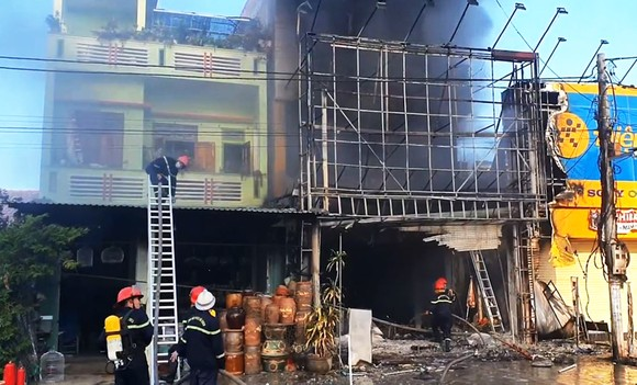 Cháy tòa nhà 3 tầng, 4 người trong ngôi nhà chạy thoát ảnh 4