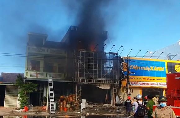 Cháy tòa nhà 3 tầng, 4 người trong ngôi nhà chạy thoát ảnh 1