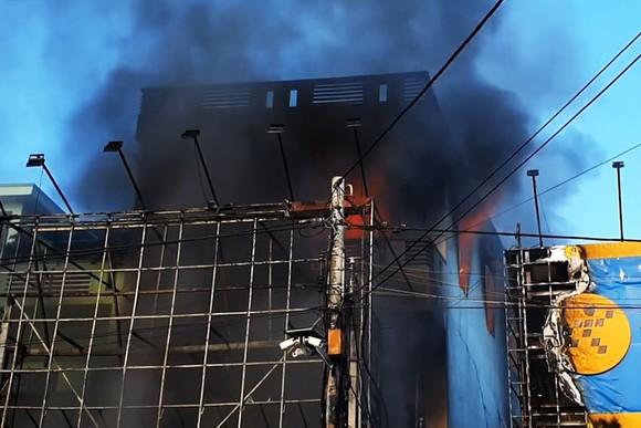 Cháy tòa nhà 3 tầng, 4 người trong ngôi nhà chạy thoát ảnh 2