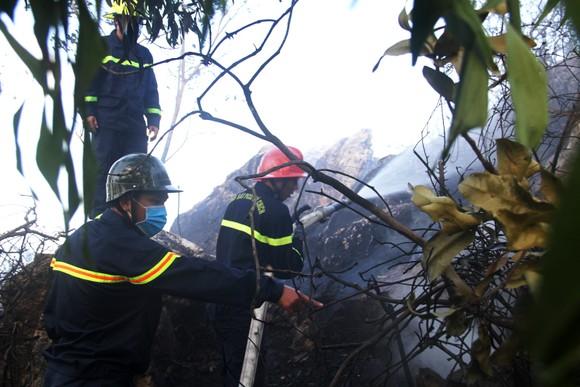 Vật vã khống chế đám cháy trên núi Bà Hỏa ảnh 4