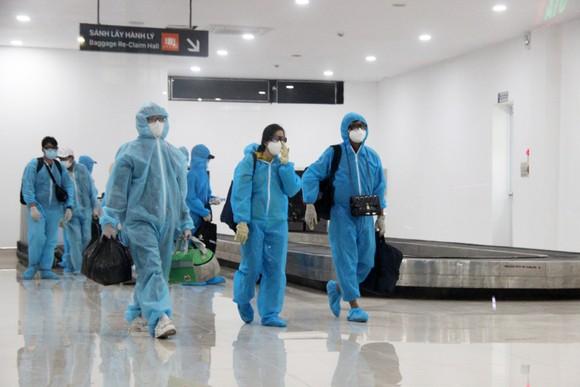 Chuyến bay đầu tiên đưa 197 công dân Bình Định từ TPHCM về quê ảnh 4