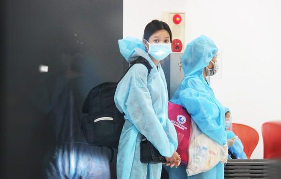 Chuyến bay đầu tiên đưa 197 công dân Bình Định từ TPHCM về quê ảnh 14