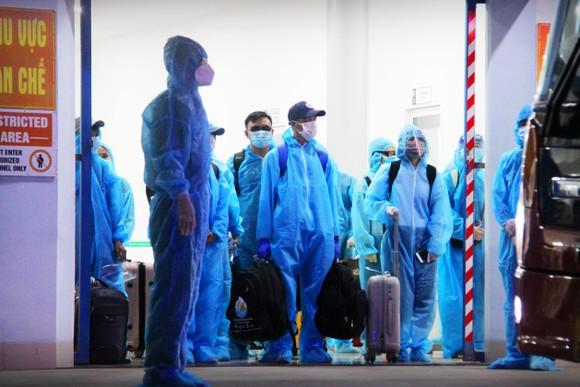 Chuyến bay đầu tiên đưa 197 công dân Bình Định từ TPHCM về quê ảnh 10
