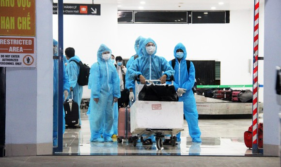 Chuyến bay đầu tiên đưa 197 công dân Bình Định từ TPHCM về quê ảnh 1
