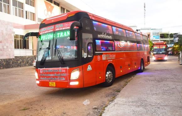 20 chuyến xe đón gần 400 người dân Phú Yên từ TPHCM về quê ảnh 1