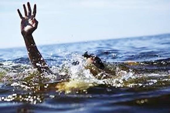 Vớt ve chai trên hồ thủy lợi, 2 anh em bị đuối nước