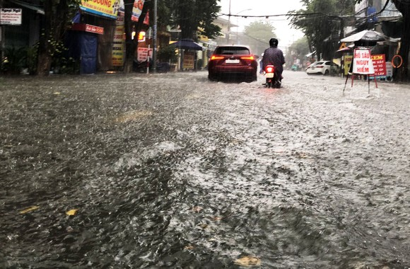 Mưa lớn khiến TP Quảng Ngãi bị ngập sâu ảnh 8