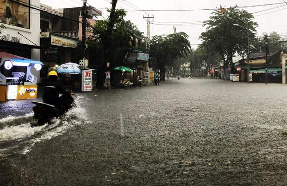 Mưa lớn khiến TP Quảng Ngãi bị ngập sâu ảnh 3