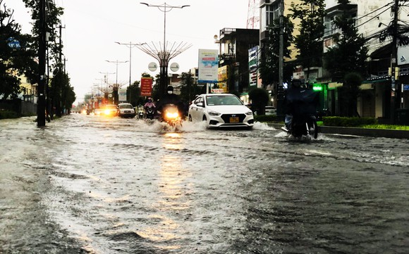 Mưa lớn khiến TP Quảng Ngãi bị ngập sâu ảnh 1