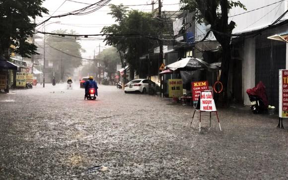 Mưa lớn khiến TP Quảng Ngãi bị ngập sâu ảnh 4
