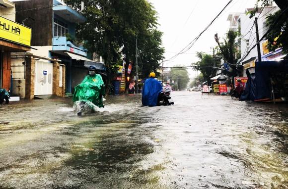 Mưa lớn khiến TP Quảng Ngãi bị ngập sâu ảnh 7