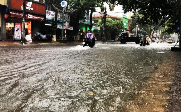 Mưa lớn khiến TP Quảng Ngãi bị ngập sâu ảnh 11