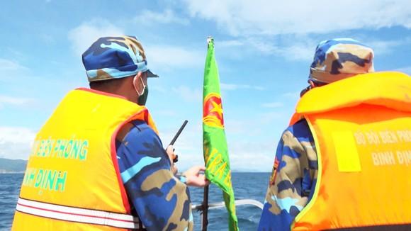Mở rộng phạm vi tìm kiếm 2 ngư dân Bình Định mất tích trên biển ảnh 1