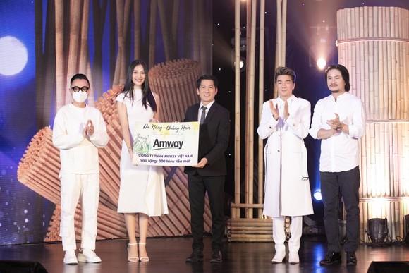 Đại diện Amway Việt Nam ủng hộ 300 triệu đồng chung tay cùng cả nước hỗ trợ 2 tỉnh miền Trung nhanh chóng vượt qua đại dịch Covid-19.